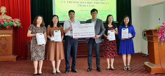 Trường Đại học Phenikaa trao tặng nước rửa tay sát khuẩn khô tại xã Thạch Hòa