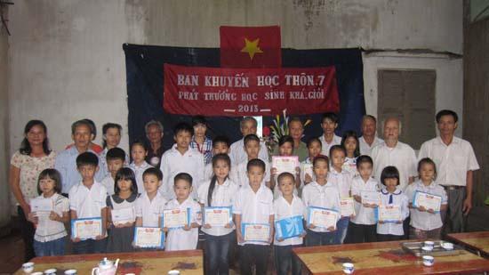 Thôn 7 xã Thạch Xá tổ chức  khen thưởng cho học sinh khá giỏi năm học 2012-2013