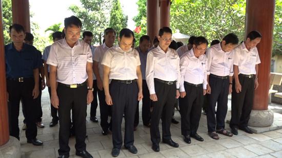 Các đồng chí lãnh đạo huyện Thạch Thất dâng hương tưởng nhớ các Anh hùng liệt sĩ nhân dịp Quốc Khánh 2/9 (2/9/1945 – 2/9/2020)
