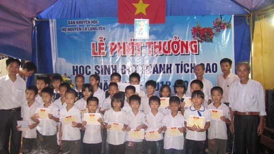 Dòng họ Nguyễn Cả -thôn Yên- xã Thạch Xá- huyện Thạch Thất phát thưởng  học sinh giỏi