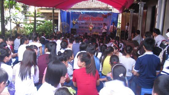 Dòng họ Nguyễn Cả làng Yên khen thưởng học sinh giỏỉ