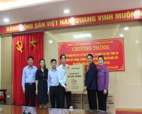 Gia đình ông Chu Văn Hùng- xã Phùng Xá trao tặng10.000 chiếc khẩu trang y tế
