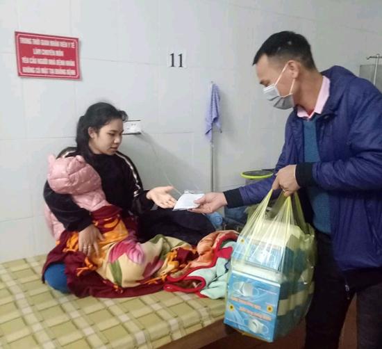 400 chiếc khẩu trang y tế đã được phát miễn phí cho các bệnh nhân đến khám, điều trị tại Bệnh viện Đa khoa huyện Thạch Thất