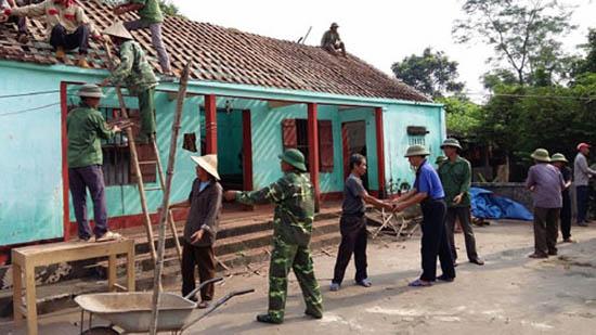 Xã Cần Kiệm trao tiền hỗ trợ xây sửa nhà cho người có công