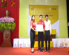Hội CTĐ Thành phố trao quà cho các đối tượng khó khăn xã lại Thượng bị ảnh hưởng bởi dịch COVID- 19
