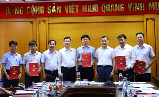 Huyện ủy Thạch Thất: Công bố và trao Quyết định phân công nhiệm vụ Ủy viên BTV Huyện ủy và Ủy viên Ban Chấp hành Đảng bộ huyện nhiệm kỳ 2020-2025