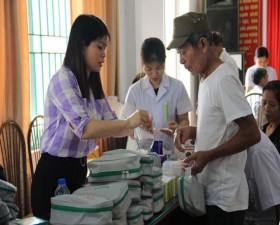 Khám, tư vấn và cấp thuốc miễn phí cho đối tượng chính sách ở xã Cần Kiệm