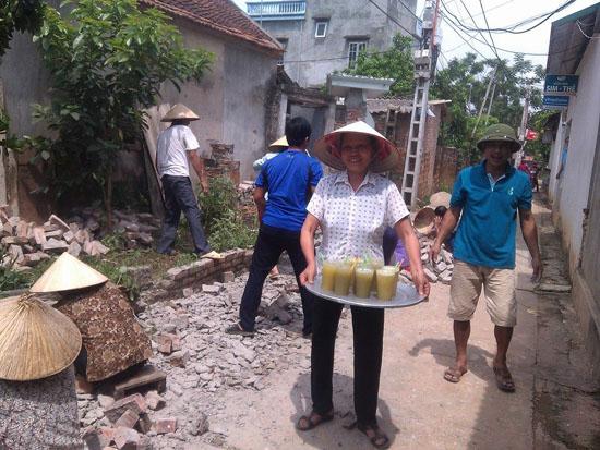 Người dân xã Cần Kiệm đồng thuận hiến đất làm đường.