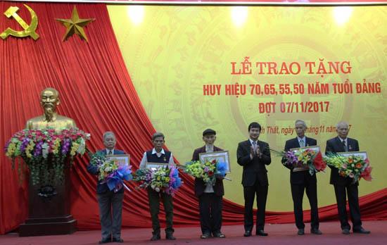 Huyện ủy Thạch Thất trao tặng, truy tặng huy hiệu 70, 65, 55, 50 năm tuổi Đảng đợt 7/11/2017