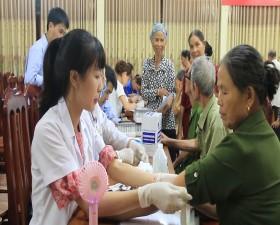 Bệnh viện Đa khoa huyện tổ chức khám, tư vấn, cấp thuốc miễn phí cho đối tượng chính sách xã Tiến Xuân