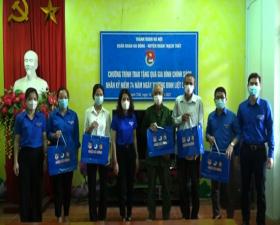 Huyện đoàn Thạch Thất tặng 23 suất quà cho các đối tượng chính sách