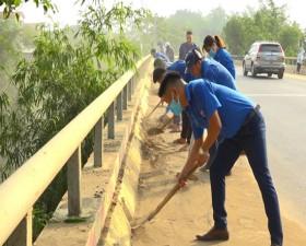 Huyện đoàn Thạch Thất ra quân vệ sinh môi trường