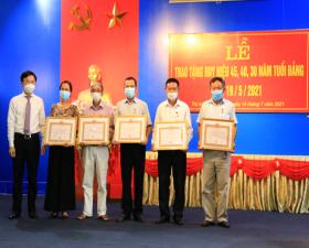 Lễ trao Huy hiệu Đảng 45, 40, 30 năm tuổi Đảng tại thị trấn Liên Quan
