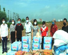 Lãnh đạo huyện Thạch Thất tặng nhu yếu phẩm cho công nhân lao động