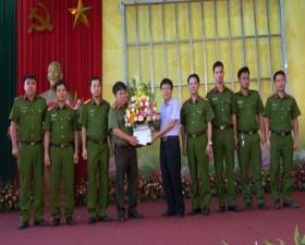 Chủ tịch UBND huyện khen thưởng đột xuất cho lực lượng Công an huyện