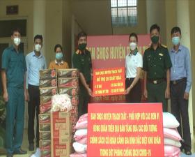 Ban chỉ huy Quân sự huyện Thạch Thất tặng quà 2 xã Đồng Trúc và Cẩm Yên