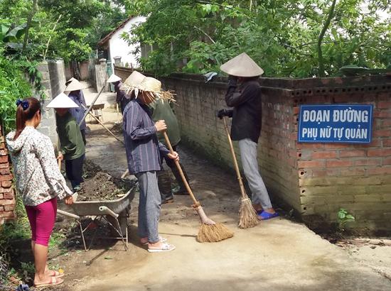 """Phụ nữ xã Thạch Hòa chung tay thực hiện công tác vệ sinh môi trường gắn với thực hiện """"Năm trật tự và văn minh đô thị"""""""