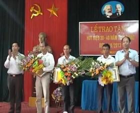Lễ trao huy hiệu 30 - 40 năm tuổi Đảng và học tập nghị quyết TW7  khóa XI ở xã Tân Xã