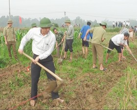 Đảng ủy, chính quyền và nhân dân xã Tân Xã tổ chức ra quân làm kênh mương thủy lợi nội đồng