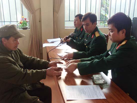 Chi trả trợ cấp một lần cho quân nhân.