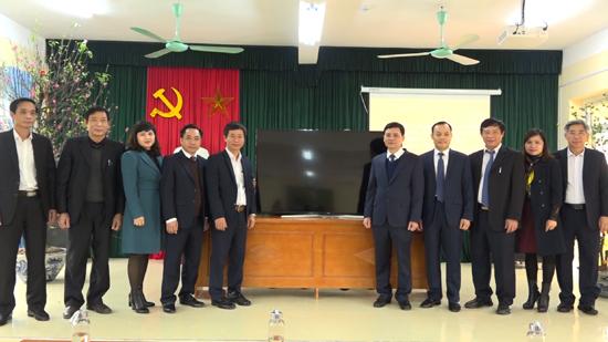 Các đồng chí lãnh đạo huyện Thạch Thất thăm, trồng cây lưu niệm tại trường THCS Hương Ngải
