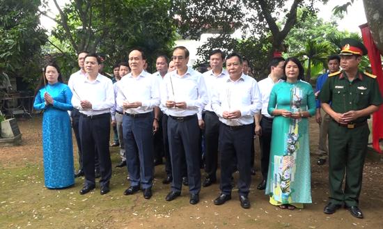 Đồng chí Đào Đức Toàn- Phó Bí thư Thành ủy về thăm Nhà lưu niệm Bác Hồ và xã Cần Kiệm