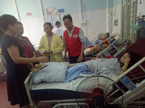 Chi hội Tán trợ Chữ thập đỏ Nghĩa Tình trao tiền ủng hộ cho em Cấn Thị Nhung tại Bệnh viện Đa khoa huyện Thạch Thất