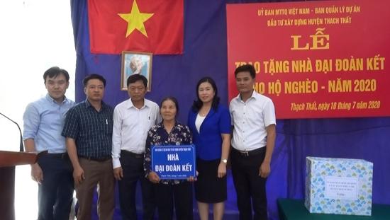Ủy ban MTTQ huyện Thạch Thất: Trao tặng Nhà đại đoàn kết