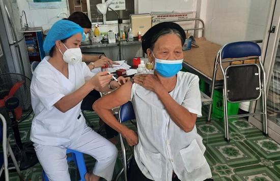 Tiêm vắc-xin phòng COVID-19: Quyền lợi của cá nhân, trách nhiệm với cộng đồng