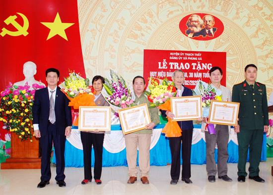 Đảng bộ xã Phùng Xá trao Huy hiệu Đảng và tổng kết công tác xây dựng Đảng năm 2019