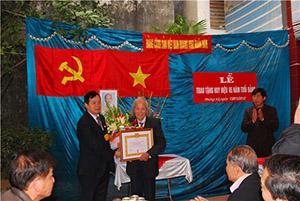 Trao huy hiệu 65 tuổi Đảng