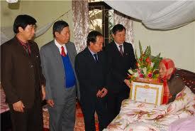 Huyện Thạch Thất xét tặng huy hiệu tuổi  Đảng tròn đợt 29 - 5 - 2011