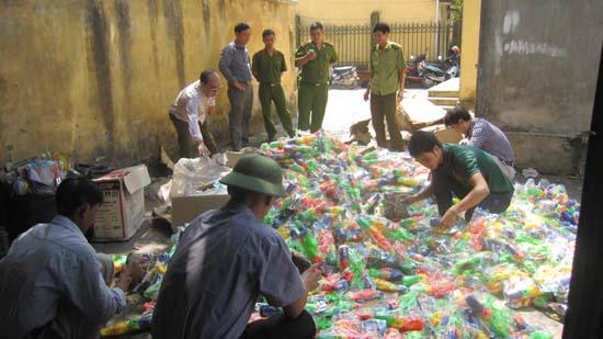 Đội quản lý thị trường huyện Thạch Thất tiêu hủy hàng hóa vi phạm