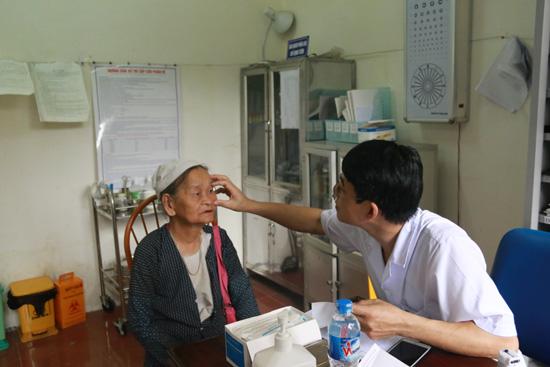 Khám, tư vấn và cấp thuốc miễn phí cho các đối tượng chính sách trên địa bàn xã Yên Trung và Tiến Xuân