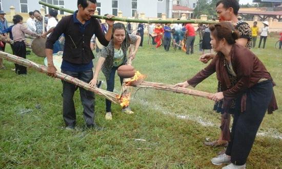 Hội Phụ nữ và Hội Nông dân xã Hạ Bằng tổ chức hội thi kéo co và thổi cơm thi.