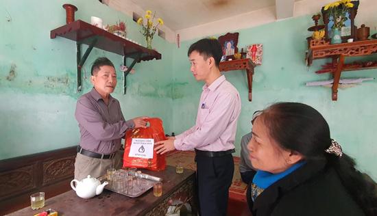 Ngân hàng Chính sách xã hội huyện tặng quà Tết Canh Tý 2020