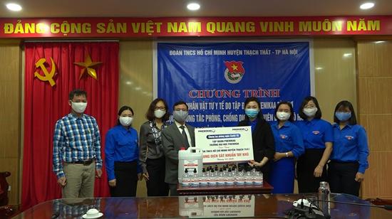 Tập đoàn Phenikaa trao tặng dung dịch nước rửa tay sát khuẩn cho Huyện đoàn Thạch Thất