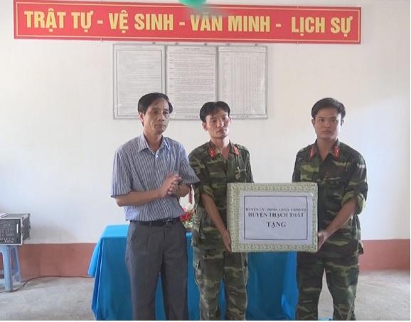 Lãnh đạo huyện Thạch Thất thăm, tặng quà quân nhân dự bị huấn luyện tại tiểu đoàn 371.
