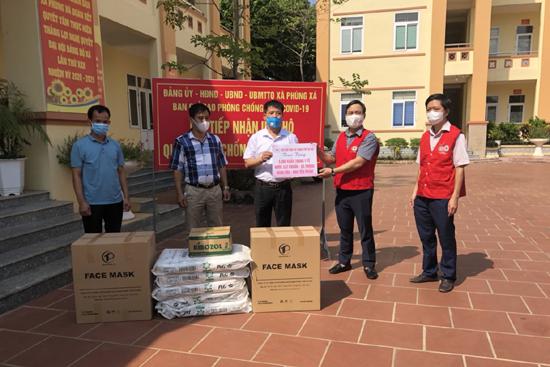 Hội Chữ thập đỏ Thành phố Hà Nội trao quà hỗ trợ Covid 19 cho xã Tiến Xuân