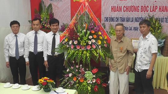 Lễ trao tặng Huân chương Độc lập hạng Ba cho đồng chí Trần Văn Lai