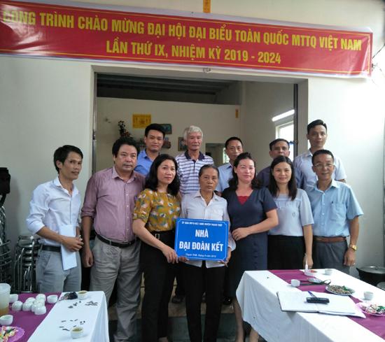 Trao tặng Nhà đại đoàn kết ở Thị trấn Liên Quan và xã Kim Quan