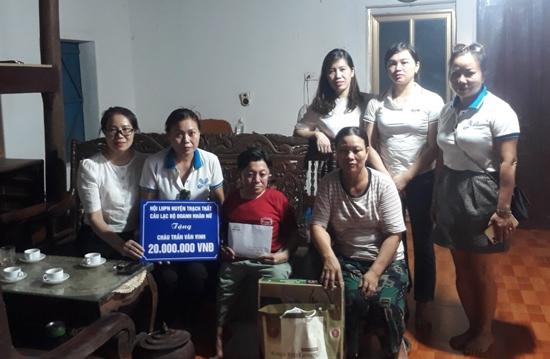 Hội LHPN huyện trao tiền hỗ trợ gia đình hội viên khó khăn