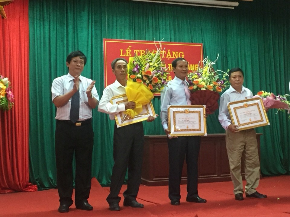 Đảng bộ xã Bình Yên trao huy hiệu Đảng đợt 2/9.