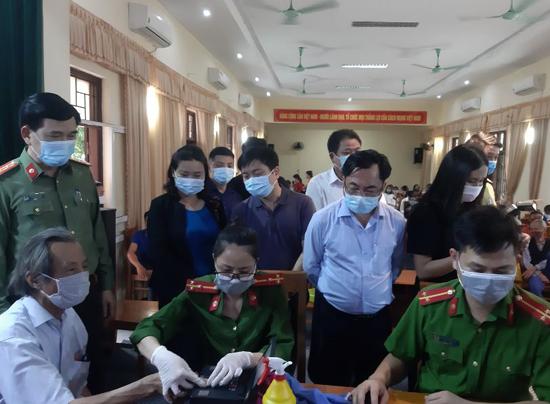 Giám đốc Công an Thành phố Hà Nội kiểm tra công tác cấp căn cước công dân gắn chip tại thị trấn Liên Quan- Thạch Thất
