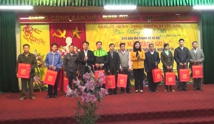 Ban Dân vận Thành ủy tặng quà tết tại huyện Thạch Thất.