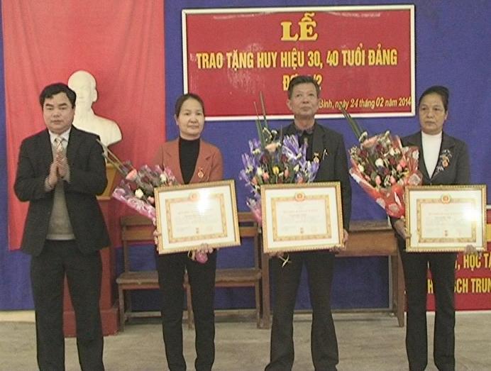 Lễ trao huy hiệu 30 năm và 40 tuổi Đảng ở Đảng bộ xã Yên Bình