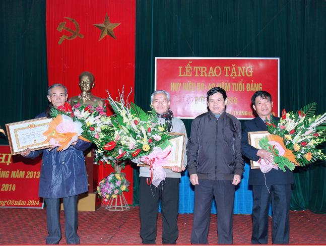 Đảng bộ xã Tân Xã tổ chức trao huy hiệu 50 năm và 40 năm tuổi đảng cho đảng viên đợt 3/2.