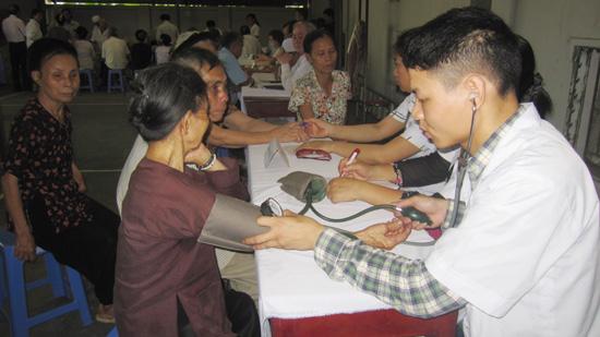 Hội Đông y huyện và xã Bình Phú khám bệnh cho gia đình chính sách.