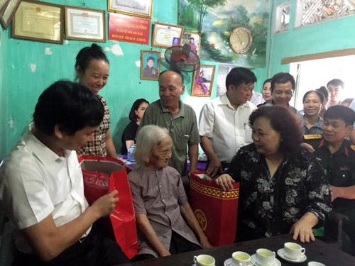 Lãnh đạo thành phố Hà Nội về thăm và tặng quà các gia đình chính sách trên địa bàn huyện Thạch Thất