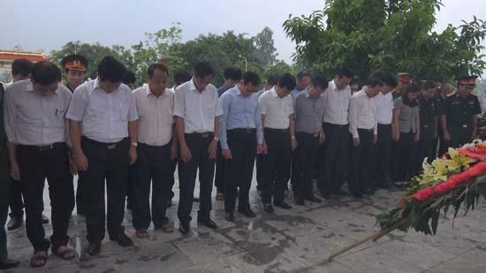 Lãnh đạo huyện Thạch Thất viếng Nghĩa trang Liệt sỹ trên địa bàn huyện